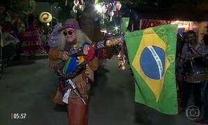 Cantores locais agitam os foliões nas festas juninas em Caruaru (PE)