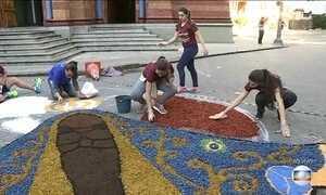 Tapetes de rua são tradição no dia de Corpus Christi