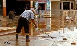 Moradores voltam para casa após enchentes no RS
