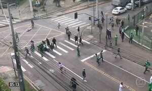 Vídeo mostra torcedor do Corinthians sendo espancado no PR
