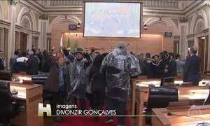 Funcionários invadem Câmara de Vereadores em protesto em Curitiba