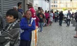 Sem salário, servidores do estado do Rio, fazem fila para receber doação de comida