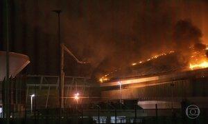 Incêndio destrói parte do velódromo no Parque Olímpico, no Rio
