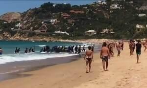 Bote com refugiados aporta em praia e choca turistas na Espanha