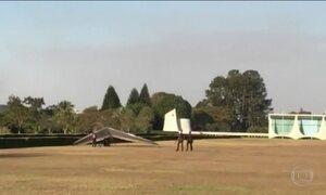 Piloto estrangeiro erra o alvo e pousa asa delta no Alvorada
