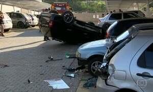 Menor de idade perde controle do carro e invade condomínio no interior de SP