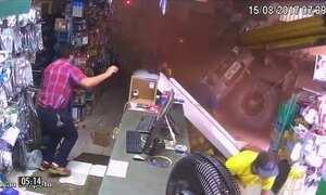 Mulher fica presa em ferragens de caminhão que invadiu loja em GO