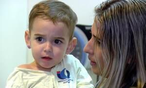 Menino de dois anos começa a ouvir após implante coclear
