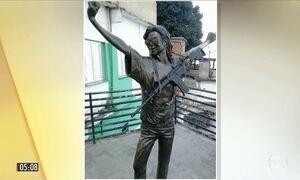 Polícia prende suspeito de colocar fuzil em estátua de Michael Jackson no RJ