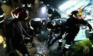 Na Itália, bombeiros resgatam três irmãos soterrados após terremoto da Ilha de Ísquia