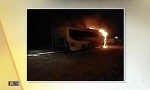 Três ônibus e uma caminhonete são incendiados em Teresina (PI)