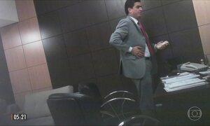 Imagens mostram a entrega de maços de dinheiro a políticos de MT