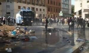 Polícia usa a força para retirar refugiados de praça na Itália