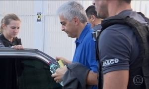 Policiais civis prendem o ex-diretor da Secretaria de Educação do PR
