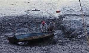 Canoa com duas pessoas é sugada por buraco de represa em Franca (SP)