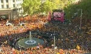 Milhares de pessoas vão às ruas de Barcelona para pedir a unidade da Espanha