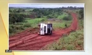 Vídeo mostra acidente com caminhão que transportava gado em rodovia do AM