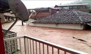 Chuva provoca enchente e deixa moradores de cidade em MG sem telefone