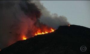 Gigantes colunas de fogo avançam para as cidades do sul da Califórnia