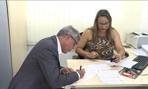 Diretor de Detran de Minas Gerais entrega a carteira de motorista