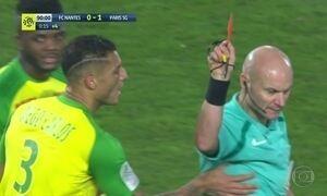 Juiz se confunde e expulsa brasileiro em jogo do campeonato francês