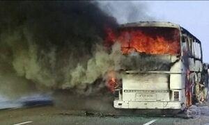 Ônibus pega fogo no meio da estrada e mata 52 no Cazaquistão