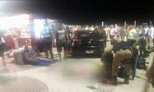 Carro sobe o calçadão, invade a faixa de areia e atropela várias pessoas em Copacabana