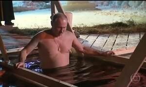 Vladimir Putin mergulha em águas geladas de lago para cumprir um ritual cristão ortodoxo
