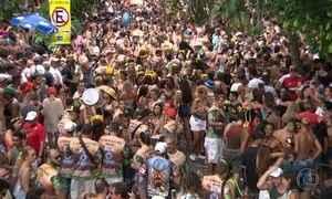 Foliões se divertem no clima de esquenta para o Carnaval