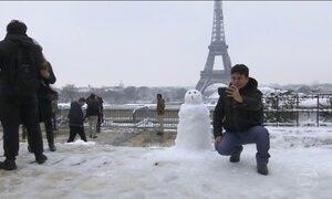 Tempestade de neve provoca caos no trânsito em Paris