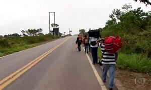 Centenas de venezuelanos fogem da fome e cruzam fronteira do Brasil todos os dias