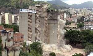 Defesa Civil implode prédio no Rio que corria risco de desabamento