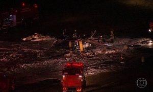 Avião de pequeno porte cai em SP e deixa um morto e seis feridos