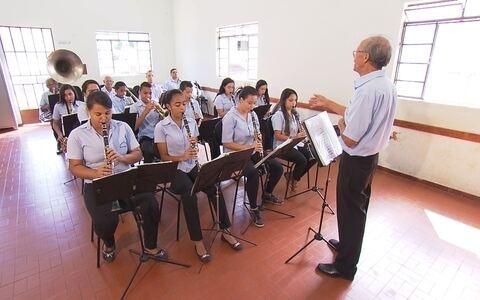 Em Brumadinho, jovens aprendem a tocar instrumentos e renovam tradição musical da região ()