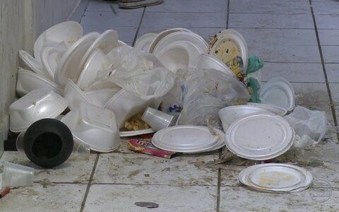 Central de plantões tem lixo acumulado (Divulgação)