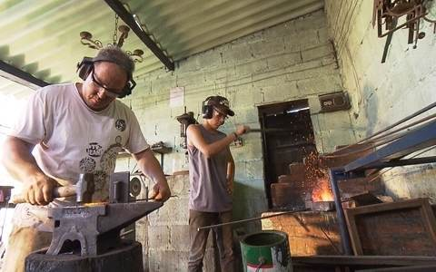 Ferreiros criam peças rústicas e artesanais
