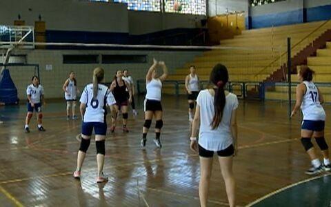 Mulheres ganham condicionamento físico por meio do vôlei