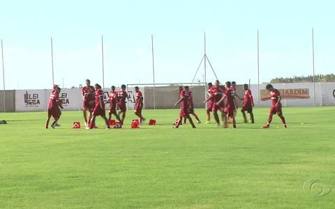 Jogadores do CRB contam com o apoio da torcida em jogo contra o Itabaiana