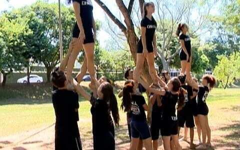"""""""Cheerleaders"""" praticam esporte em cartão postal de Prudente"""