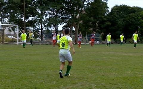 Turma se encontra há mais de 10 anos para jogar futebol