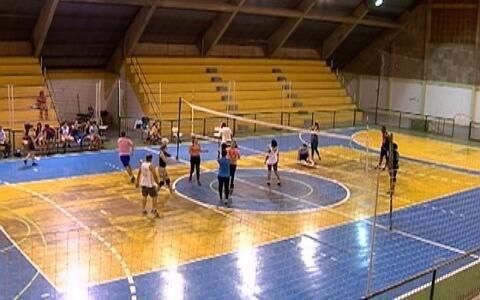 Turma se diverte jogando vôlei em Santo Anastácio