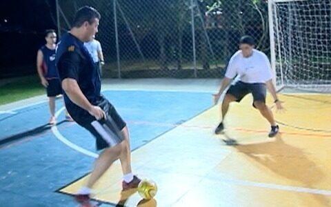 Turma se encontra para jogar futsal duas vezes por semana
