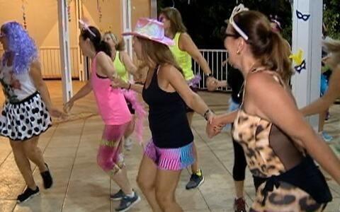 Grupo de amigas dança para ganhar qualidade de vida