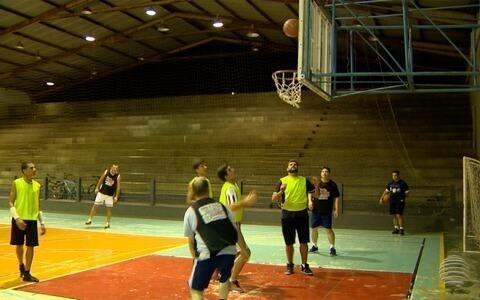 Turma se encontra para jogar basquete em Rancharia desde 2011