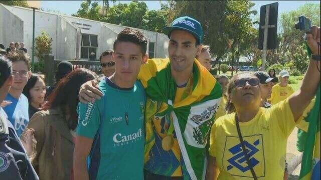 Campeão olímpico pelo vôlei, Douglas Souza é recebido com festa em Santa Bárbara D'Oeste