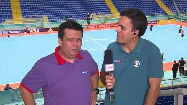 Narrador do SporTV experimenta formiga frita, prato típico de cidade-sede do Mundial de Futsal