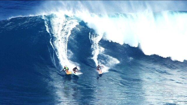 Pedro Scooby e outros brasileiros vão até o Havaí para surfar ondas de mais de 15 metros de altura