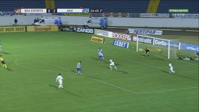 Renato bate com categoria, mas a bola explode na trave do Boa Esporte