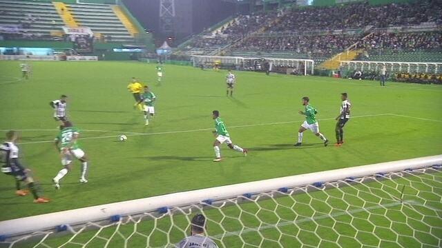 Bruno Henrique cruza e Gabigol chuta por cima do gol, aos 42' do 1T