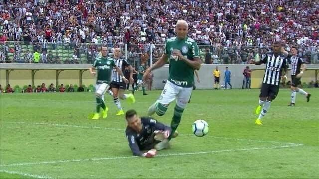 Deyverson divide com Victor, e Palmeiras pede pênalti, com 1' do 2º tempo
